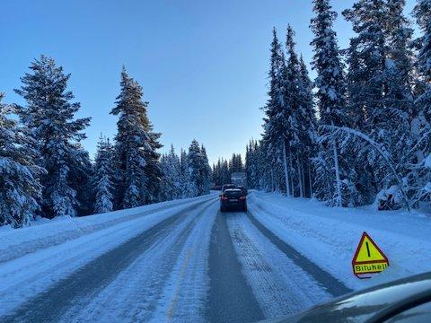 BILUHELL: Trafikken står stille på Fv. 51 ved Tisleidalen som følge av et trafikkuhell.