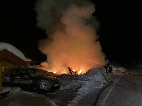 Campingvogna og spikerteltet ble flammenes rov. Men brannen spredte seg aldri. Foto:Nord-Aurdal Brannvesen