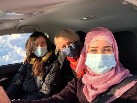MILEPÆL: Hasna Keyyari (høgre) har tatt førarkort, med god hjelp frå venninnene Inger Johanne Fjøsne (midten) og Maren Nesja.