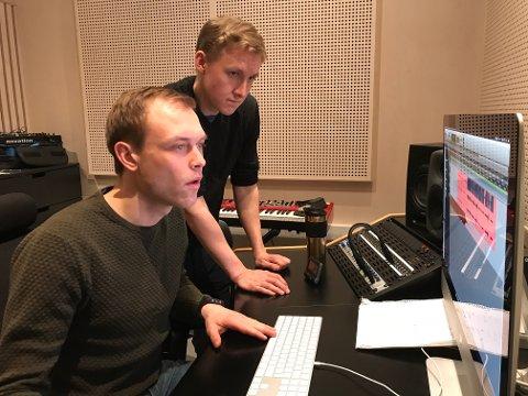 Ressurspersoner: Ungdommene Sondre Aastveit f.v. og Øyvind Lunde Christiansen i studio. De er viktige ressurspersoner hyret inn av næringsforeninga til å produsere de aktuelle podkastene.
