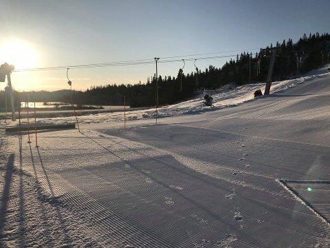 AMBULANSE: En voksen mann ble hentet med ambulansehelikopter etter en skiulykke på Valdres Alpinsenter tirsdag.