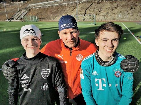 Keepertalenter: Morten Bakke framhever målmannsferdighetene til 14 år gamle Martin Opheim Østli (t.v.) og Eirik Mørstad Bråthen (16).