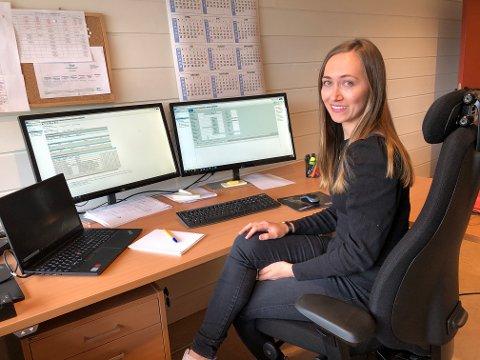 I ARBEID: Tonje Marie Reiten Sveen starta som trainee hos Valdres Energi Vekst i januar i år, og har allerede fått ansvar for flere daglige rutineoppgaver.