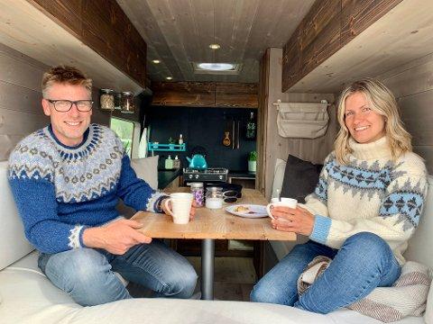 STILIG: Anette Racer-Farth og Morten Fosse er mer eller mindre ferdig med å bygge om varebilen til bobilen etter et halvt år med masse jobbing.