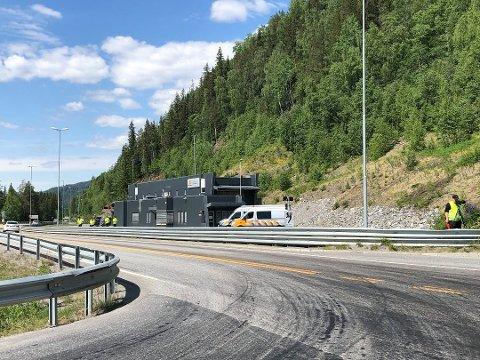 KONTROLL: Flere kjøretøy ble kontrollert av Statens vegvesen på Kalplassen onsdag kveld. Det resulterte i en anmeldelse og åtte skriftlige mangler.