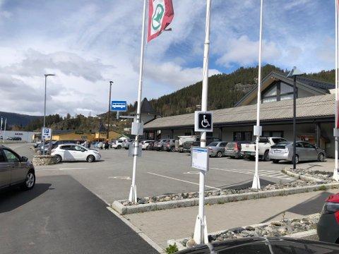 BETALINGSTRØBBEL: Europris og flere av butikkene på kjøpesenteret Amfi Valdres på Leira er rammet av en feil i nettet til Telenor.