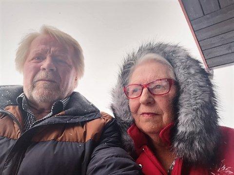Vil selge: Fra verandaen på eneboligen i Lenningen hyttesenter har Bjørg og Lasse Edvinsen utsikt mot vest og mot fjella i Skrautvål, men man kan ikke leve av utsikt, mener de to pensjonistene.