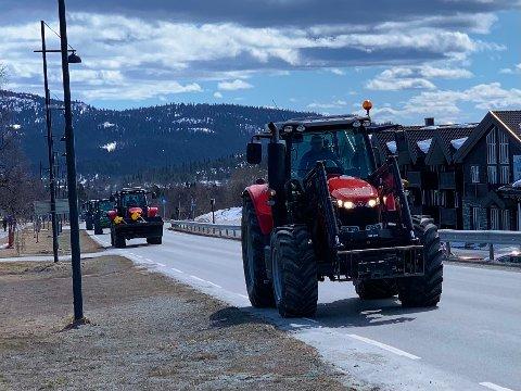 Traktorkø: Traktorer i kø under bondeopprøret på Beitostølen i vår. Traktorsalget dalte på sin side i fjor.