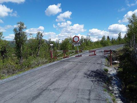 ÅPNER ETTER VINTERSTENGING: Bommen på Fv. 2442 ved Lenningen blir åpnet fredag.