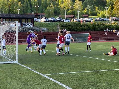 Corner: Her er det Valdres FK som er farlig frampå på en corner på Gol stadion. Til helga er det seriekamp søndag heime på Gjensidigebanen.