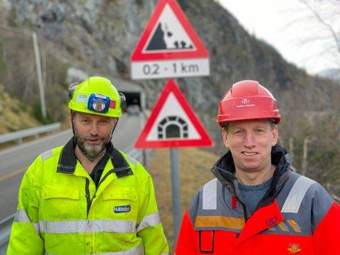 GJENNOMSLAG: Prosjektleder Jan Lima i Hæhre og byggeleder Edvin Rye markerer gjennomslag i tunnelen i Kvamskleiva denne uka.