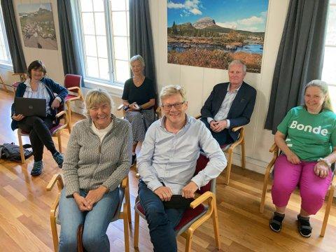 FORNØYDE: Marit Helene Bryhn-Svensen (foran tv), Bent Bryhn, Kjersti Halmrast (bak tv), Elisabeth Eggesbø, Erling Eriksen og Tove Grethe Kolstad satte stor pris på formannskapets vedtak.