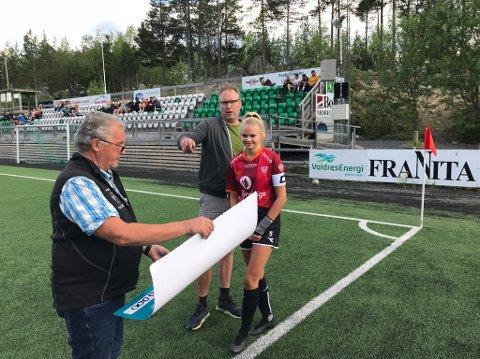 Overraskelse: Tiril Hilmen og nyvalgt leder i Valdres FK, Oddvin Sørbøen, tar på vegne av damelaget imot 10.000 kroner fra seniorene på Blåbærmyra, ved Kjell Hagali.