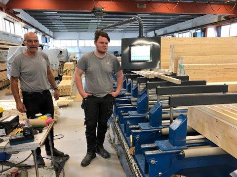 NYINVESTERING:  Daglig leder Arild Øvergaard og Henning Brunstad ved den nye jiggen som bedriften installerte sist vinter. Jiggen er laga av Promek.
