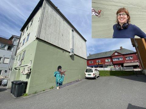 Eltonbygningen: Kunstnaren Torunn Skjelland er i gang med eit måleri på Eltonbygningen. Tanken er å etablere ei folkemusikalsk kunstløype i Fagernes.