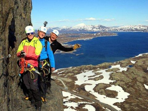 GOD SELFIESPOT: Linn Jenny Bergum Grønolen, Øystein Grønolen og Tor Erik Grønolen på Valdres kanskje beste sted for en selfie.