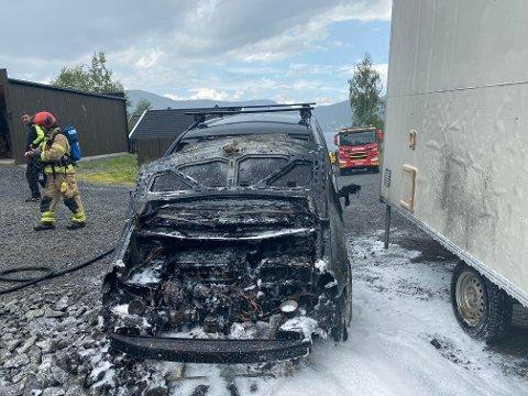 Brann: Fredag formiddag brøt det ut brann i en bil på Førsøddin. Bilen ble totalt utbrent og var av merket Volkswagen.