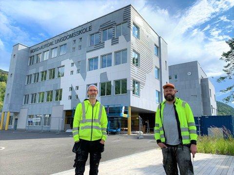 KUNSTNERNE: Marius Dahl og Jan Christensen er på plass på Fagernes for å hjelpe til under monteringen av den nye utvendige kunsten til Nord-Aurdal ungdomsskole.