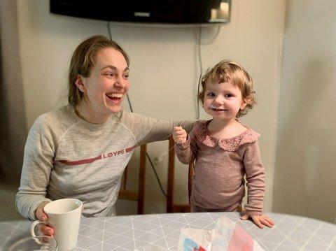 Maja Bekken, skuespiller fra Otta, med datteren Lilly.
