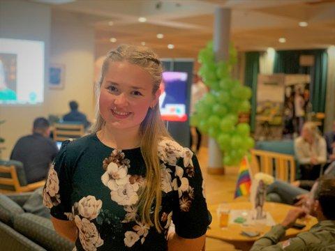 Godt resultat: Leder i Senterungdommen i Oppland, Marit Andrisdotter Kvam (21), er på valgvake på Biri, og feirer det gode valgresultatet med sine partifeller.