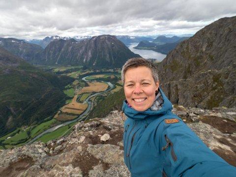 HYTTESAMLER: Elisabeth Eriksen samler på DNT-hytter, og brukte akkurat ti år på å besøke hundre av dem.