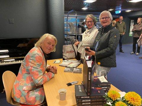 Signerte: Jan Eggum signerte boka si «Så langt har alt gått bra». Her er det Ingebjørg Jonsrud (nærmest) som handler av Eggum.