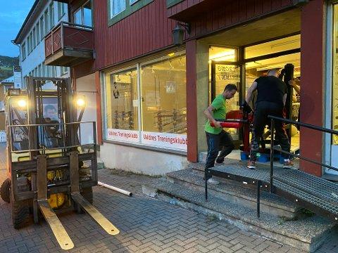 Ut døra: Alt skal ut av Skogstadgården og bort til kjelleren til Coop-bygget lenger borte i sentrum. Her er Fredrik Kildal og Tommy Enger på veg ut døra.