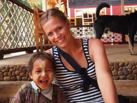 OLYMPUS DIGITAL CAMERA          *** Local Caption *** MENNESKEM¯TER: Mette f¿ler seg heldig som opplever nye kulturer gjennom jobben sin. Her er hun i en landsby i Myanmar, et av hennes favorittreiseml.