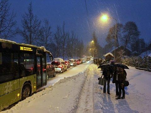 LANGE KØER: Store snømengder skapte trafikk-kaos og kø mange steder i morgentimene. Her fra Hagan.