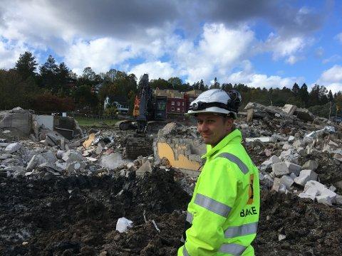 Thomas Engen Lund advarer alle mot å ta seg inn på anleggsområdet nederst i Stasjonsveien.