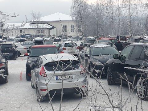 UTNYTTET PLASSEN: Det var ikke mangel på biler ved Nittedal kirke i 14.30-tida julaften.