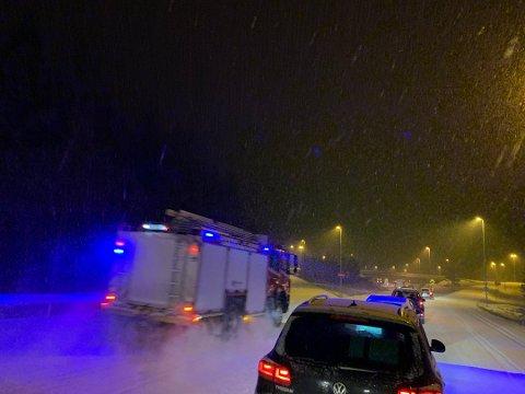 FULL UTRYKNING: Det har vært en trafikkulykke på Stryken torsdag kveld. Nødetatene er på stedet. Det skal ha rykket mannskaper både fra Hadeland og Nittedal. (Foto: Leserfoto: Mathias Sky)