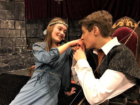KOMEDIE: Marion (Mia Helene Johnsen) og Robin Hood (Erlend Moltu) skal sørge for at publikum får brukt lattermusklene.
