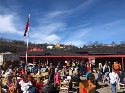 REKORDOPPMØTE:Godt med folk i godværet på loppemarkedet til Søndre-korpset på Ulverud i helga.