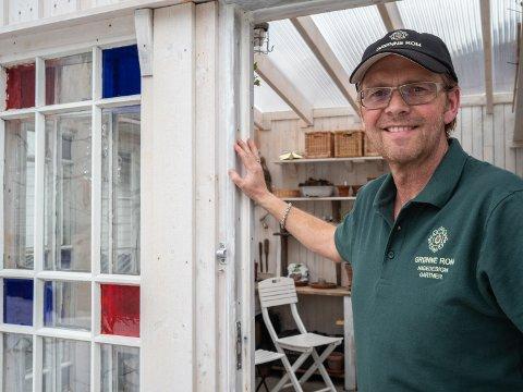 HAGEGLAD: Kurt Osvoll er interessert i alt som har med hage å gjøre, og tilbyr sin gartnerkompetanse til hageeiere som ønsker hjelp. Her er han i sitt kombinerte drivhus og lysthus som han har bygget opp av gjenbruksmaterialer.