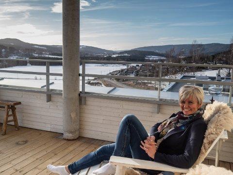 ROMSLIG PÅ TOPPEN: Kari Mette Sem Glømmi har mye plass å boltre seg på ute og inne. Hun og Geir har kjøpt en av de ti toppleilighetene i Blomsterbakken.