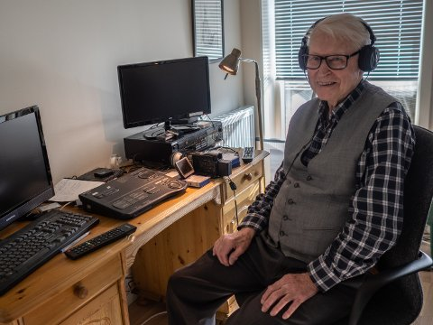 FILMER OG MIKSER: Magne Klafstad er 90 år og er veldig glad for at han flyttet fra huset på Tøyenfeltet til den praktiske leiligheten i Blomsterbakken. Der har han også god plass til hobbyen sin, videofilming og -redigering.