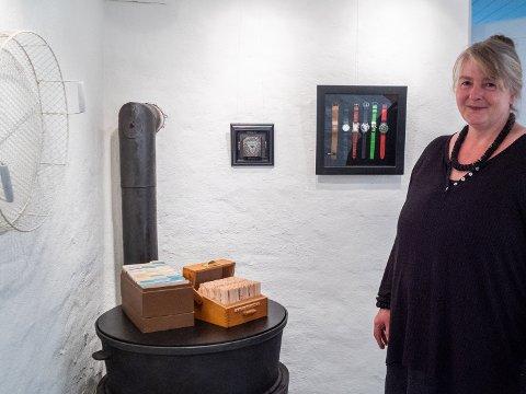 EGEN UTSTILLING: Bente Ytterstad er en erfaren utstiller, men det er første gang hun stiller ut egne arbeider i sitt eget kunstgalleri på Åneby stasjon. Utstillingen handler om tid.
