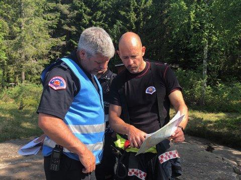 PLANLEGGERSKOGBRANNØVELSE:Øvingsleder Morten Thoresen (t.v.) i samtale med brannvesenet i Oslo.