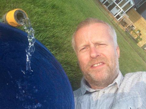 VANNINGOMREGNETTILREGN:Varingens journalist Sigbjørn Høidalen tester vannforbruket hjemme i Kruttverket.