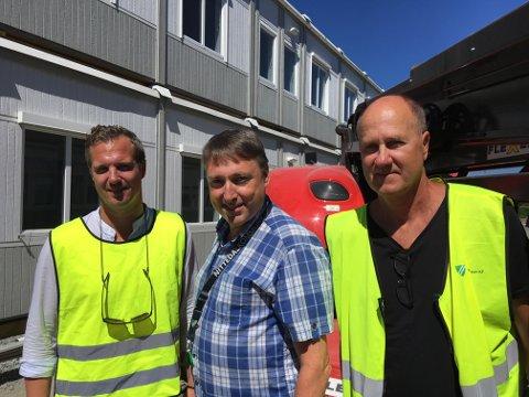 PÅ PLASS: Nittedal ungdomsskoles lokaler er nå klar til å tas i bruk, konstaterer fra venstre Fredrik Bjørling fra Expendia, varaordfører Inge Solli og Jan-Erik Søderberg fra Nittedal Eiendom KF (Foto: Stine Strachan).