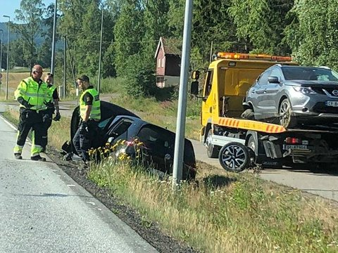 Den ene bilen havnet i grøfta.