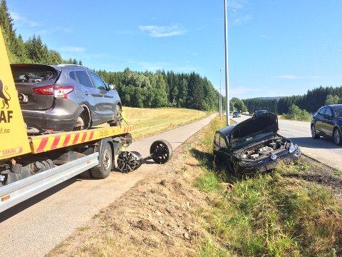 Ingen personer meldes alvorlig skadet, men de materielle ødeleggelsen ble betydelige etter kollisjonen mellom to personbiler på Rotnes (Foto: Sigbjørn Høidalen).