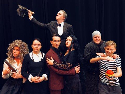 IKKE HELT SOM DE ANDRE: Addams familien er ikke helt som andre. Vil naboene og advokat Kjell-Inge klare å kvitte seg med dem?