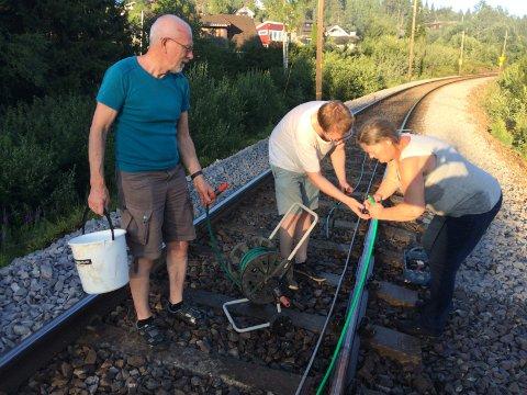 MANGELOKALEHELTER:Fra slokkinga av skogbrannene langs Gjøvikbanen søndag 1. juli i fjor da mange beboere rundt Nittedal stasjon bidrog med eget hagevann.