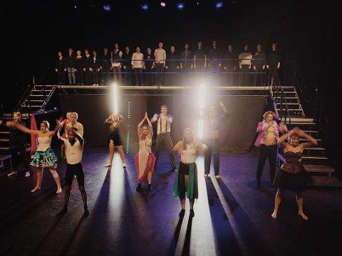 MUSIKALPERLER PÅENSNOR:Fra en av de mange øvelsene til helgas store oppsetning i Flammen, der ungdommene i Stablo Teater byr på farger, fart og feit musikk.