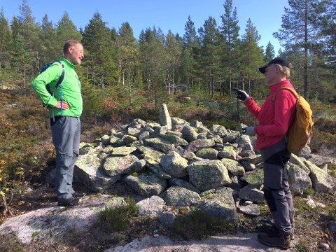 RØYS: Det var 23 deltagere på turen 6. oktober. Her er to av dem, med Ståle Pinslie til høyre.