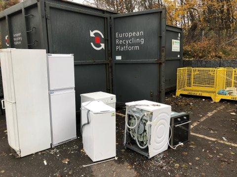 SKALSIKRESBEDRE:El-avfall i bakgården til Elkjøp Nittedal, som til nå har vært ei «kobbergruve» for tjuver.
