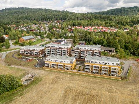 TO IGJEN: De gjenstående leilighetene ligger i blokk to (den midterste blokka i bakre rekke), i henholdsvis 1. og 2. etasje. Illustrasjonsfoto: Oxivisuals