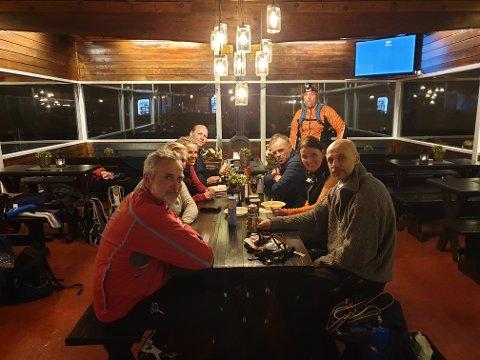 Uflaks med været, men fin skitur opp til toppen av Varingskollen i går kveld for denne gjengen (Foto: Anne Marit Aulie.